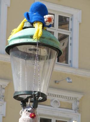 yarnbombed street lamp